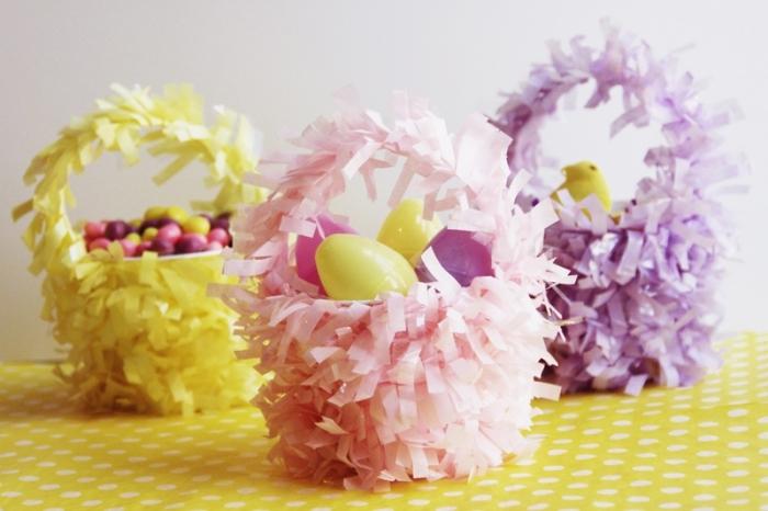 bricolage paques maternelle, comment décorer un seau en plastique, décoration facile pour pâques avec figurines poules et oeufs en plastiques