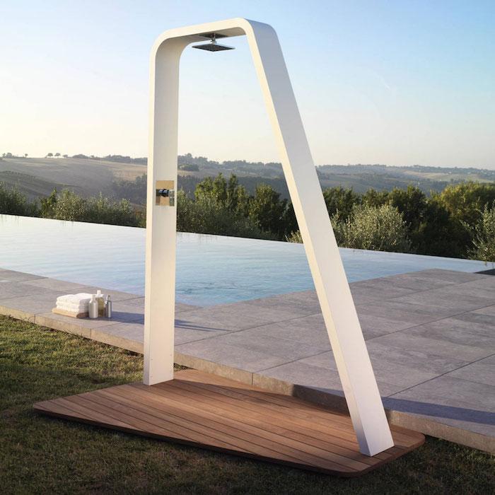 douche d'extérieur solaire au design minimaliste avec sol en bois aux abords de la piscine
