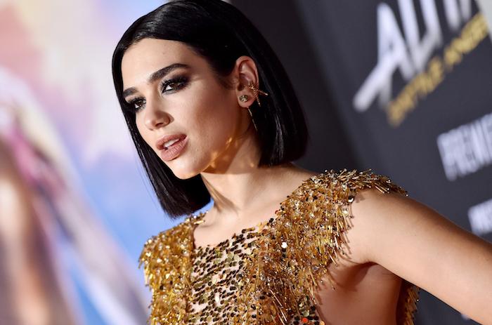 carré court stricte et droit sur cheveux chatain foncé, maquillage glamour, robe dorée, idée de coiffure femme 2019 tendance