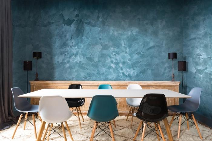 peinture bleu tendance intérieur moderne, déco de salle à manger aux murs bleus à texture sable avec table blanche
