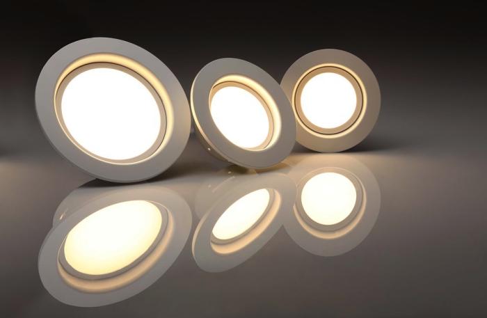 trois projecteurs led encastrables à plat blanc, système d'éclairage led pour illuminer les espaces extérieurs, résidentiels et professionnels