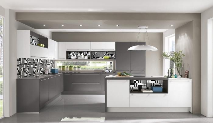 exemple carreaux de cuisine tendance blanc et noir, modèle de crédence en fenêtre, quelle couleur pour les murs d'une cuisine