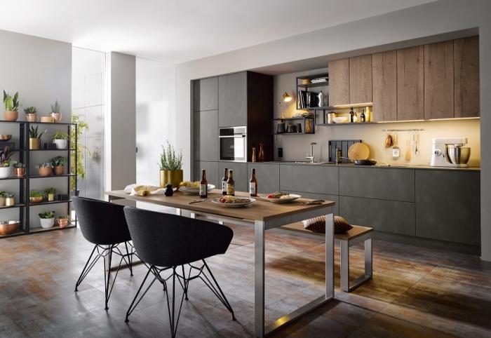 modele de cuisine moderne avec coin à manger, déco cuisine en longueur avec armoires en gris anthracite et meubles haut cuisine en bois