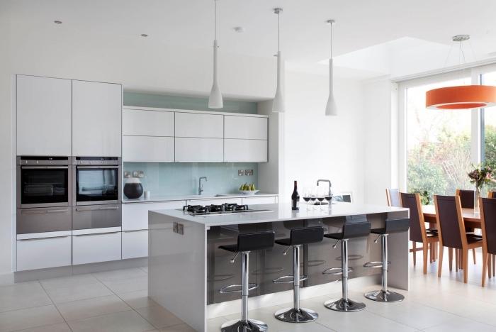 idée crédence cuisine à design verre couleur pastel, déco de cuisine blanche avec îlot bicolore en blanc et gris foncé