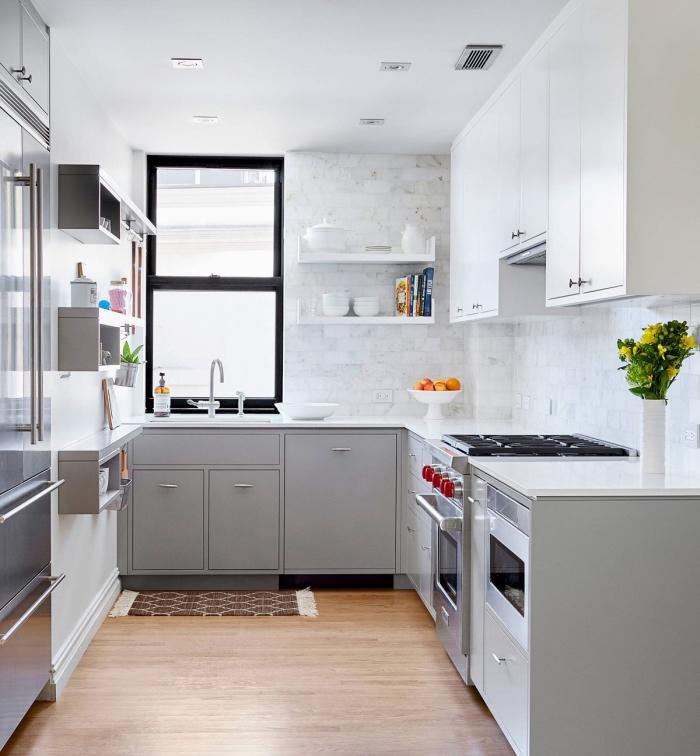 comment décorer une petite cuisine, revêtement mural cuisine traditionnel, déco de cuisine avec armoires gris clair et plan de travail blanc