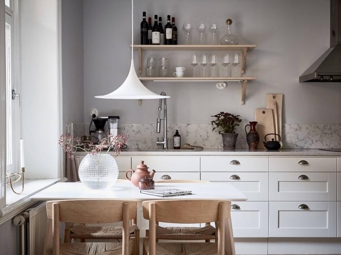 design intérieur moderne, modèle de cuisine en longueur aménagée avec table à manger, idée crédence cuisine à design marbre