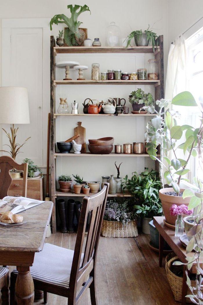 Salle à manger simplement décoré style rustique, bois étagère, table et chaises pour la salle à manger, plantes vertes