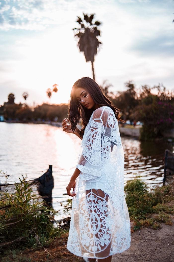 Robe hippie chic dentelle, tenue boheme chic pour la plage, broderies de coton volant, femme au bord de la mer
