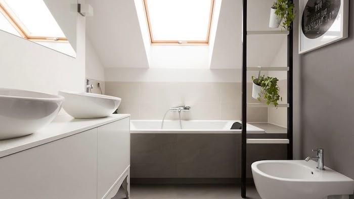 salle de bain gris et blanc aux murs gris et blanc, meuble salle de bain design avec vasques à poser blancs, échelle salle de bain pour ranger pots de fleurs