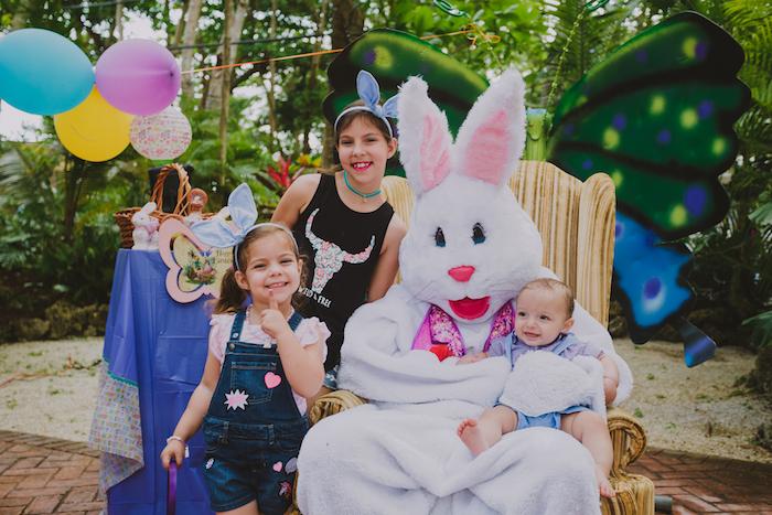 Les enfants et le lapin de Pâques, amusement au jardin, joyeuses fetes de paques photo bonne fete de paques