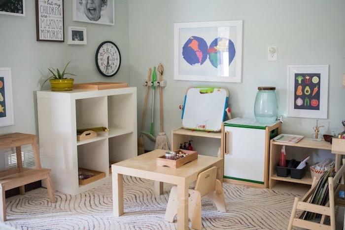 decoration chambre enfant, espace activité montessori avec bureau et chaise basse bois, etagre blanche kallax, mobilier scandinave bas
