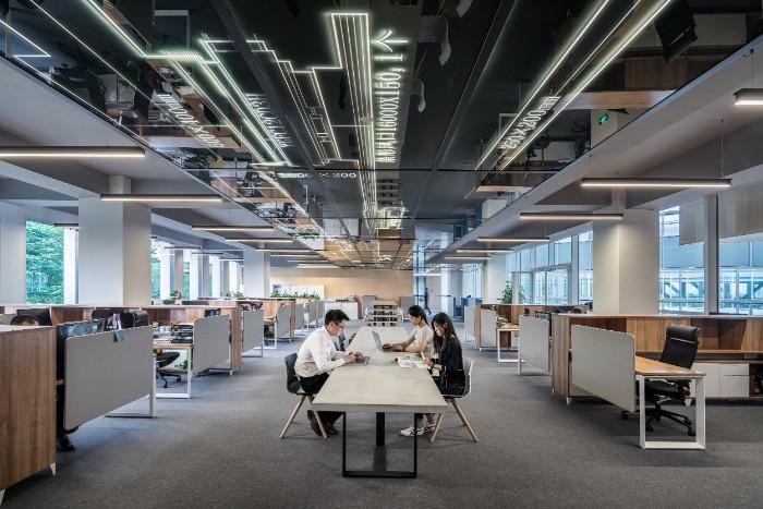 open space idée d'aménagement fonctionnel, comment ranger les meubles dans un office space, idee design bureau