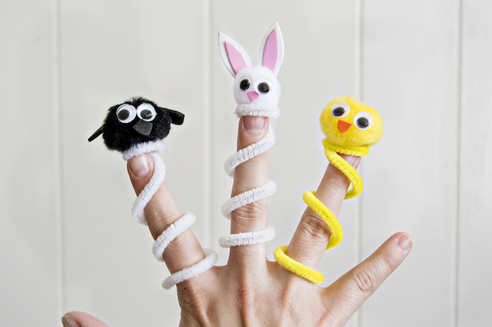 petit pantin jouet autour du doight en cure pipe et pompon en guise de tete avec des yeux mobiles, bec et oreilles de feutrine et mousse
