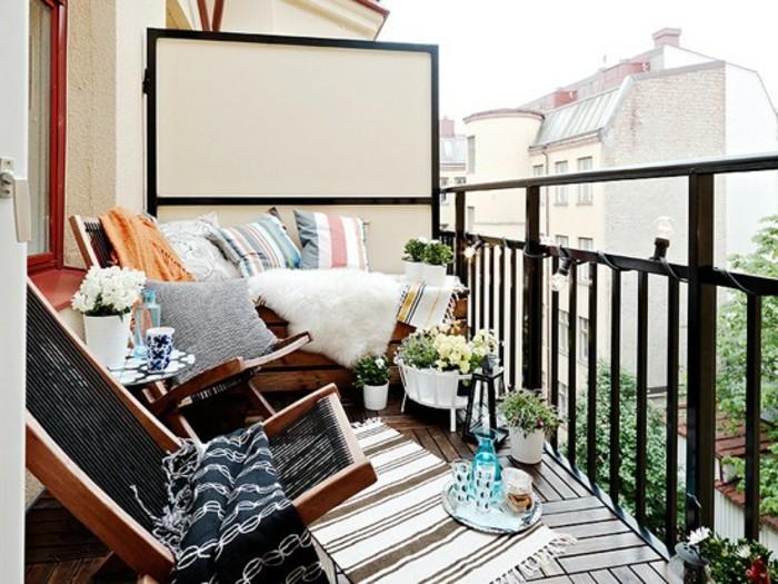 comment aménager son balcon avec des chaises de bois pliantes et banc de bois foncé décoré de coussins décoratifs, revêtement terrasse bois composite