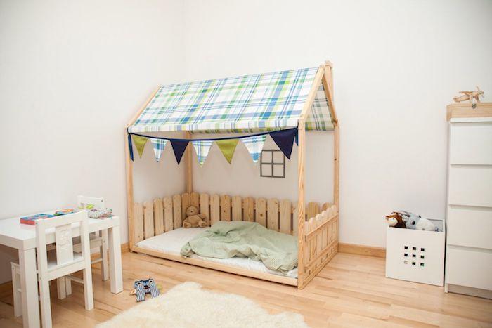 idee interessante de lit enfant en bois avec ciel de lit toiture en toile et une palissade, imitation maisonnette enfant, table et chaises basses