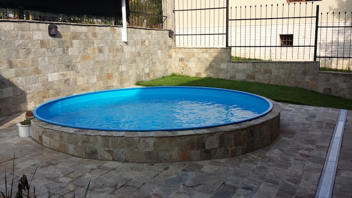 comment nettoyer et entretenir bien la piscine, les outils, les produits chimiques et système de filtration approrpirée