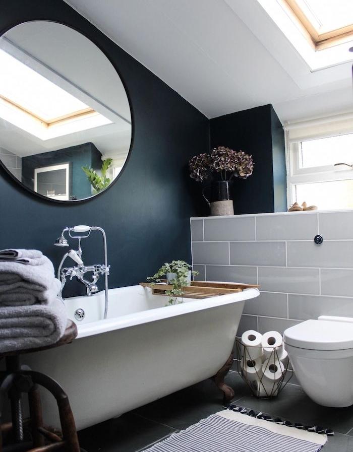 baignoire et wc blanc, aménagement petite salle de bain avec baignoire grise et mur d accent bleu foncé, carrelage soubassement gris, wc blanc