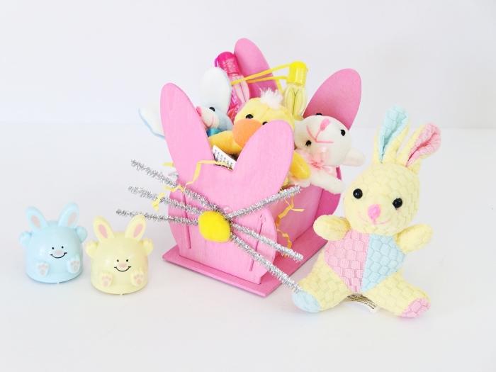 bricolage paques facile, fabriquer un panier original, personnaliser un panier en bois avec peinture rose et moustaches de lapin