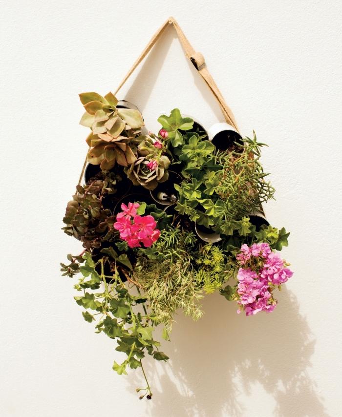 jardin vertical suspendu au mur réalisé à partir des tubes en pvc recyclés, idée originale pour planter des fleurs et des succulentes à la verticale