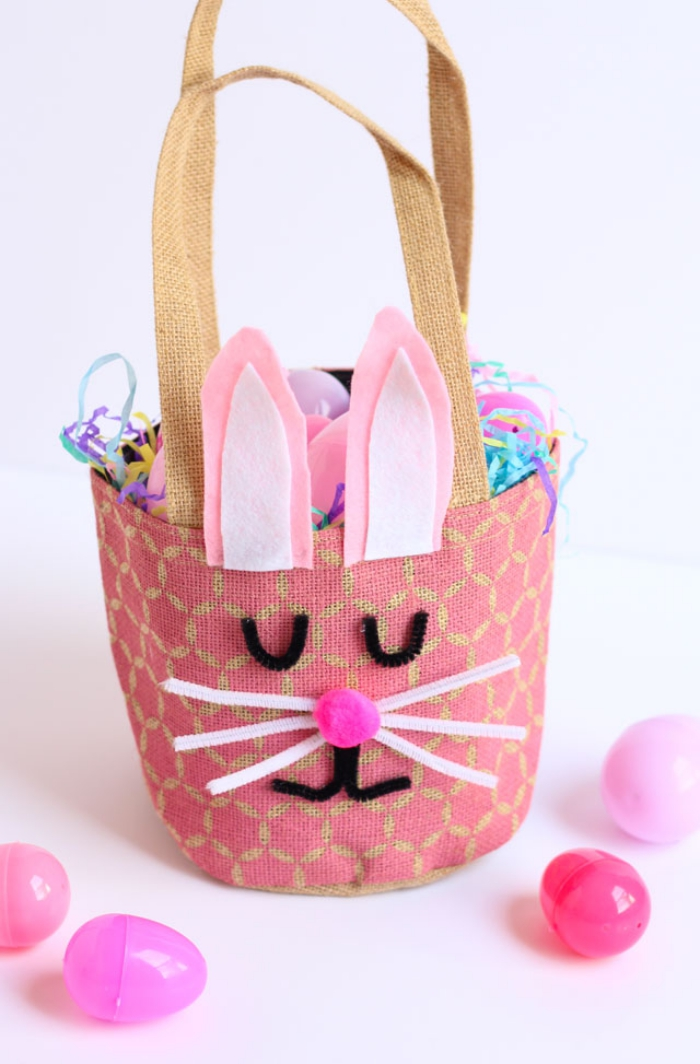 modèle de sac panier personnalisé pour pâques, faire un visage lapin avec cure-pipis et oreilles en feutres rose et blanc