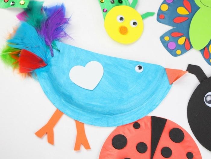 poussin en assiette de papier colorée et plumes artificielles colorées, des yeux mobiles, activité manuelle maternelle