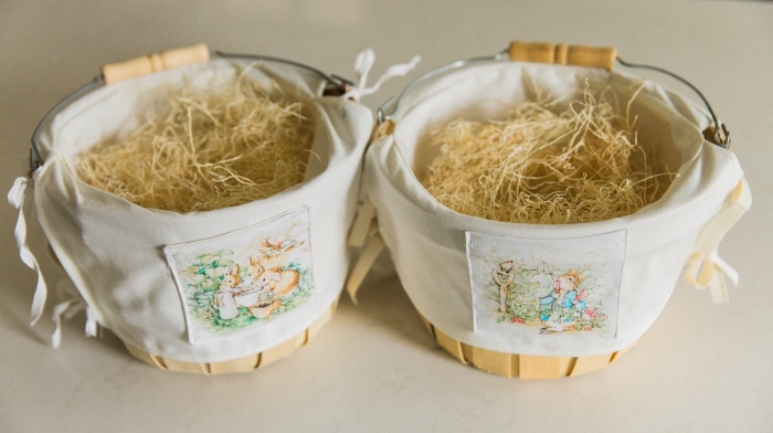 comment personnaliser un vieux seau en bois, décorer un panier pour pâques avec serviette blanche à motifs lapins