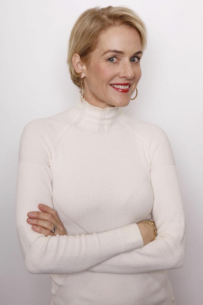 coupe femme courte, pull blanc au col montant, grandes créoles, coupe courte cheveux fins