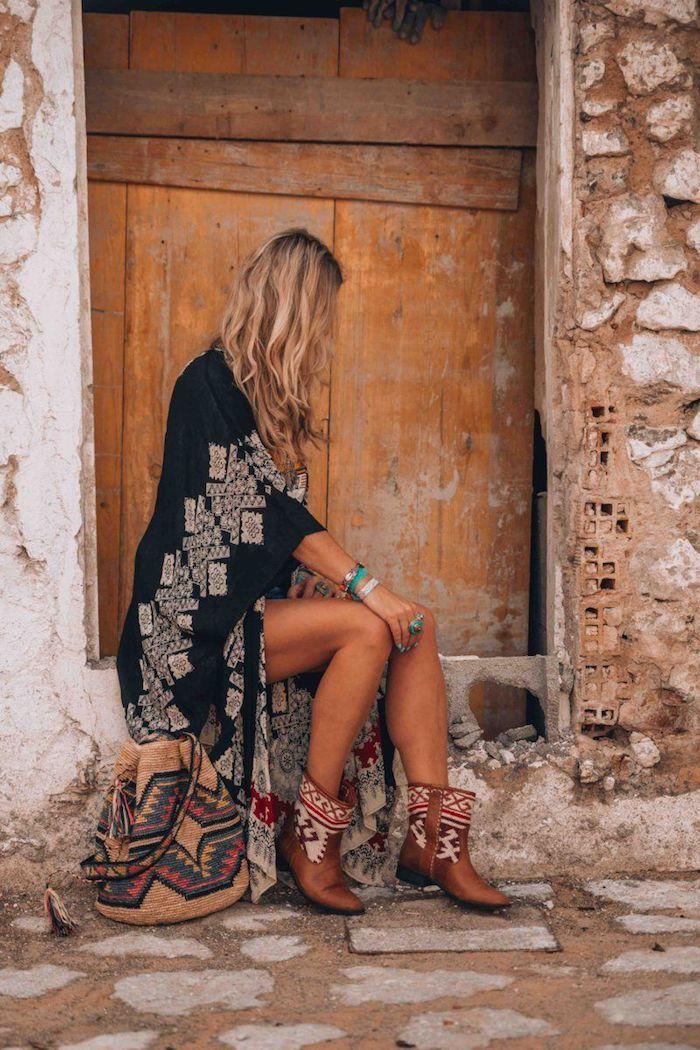 Style boheme chic, tenue de vacances style hippie, longue kimono, photo devant une porte tenue boheme chic, robe en dentelle inspiration gitane