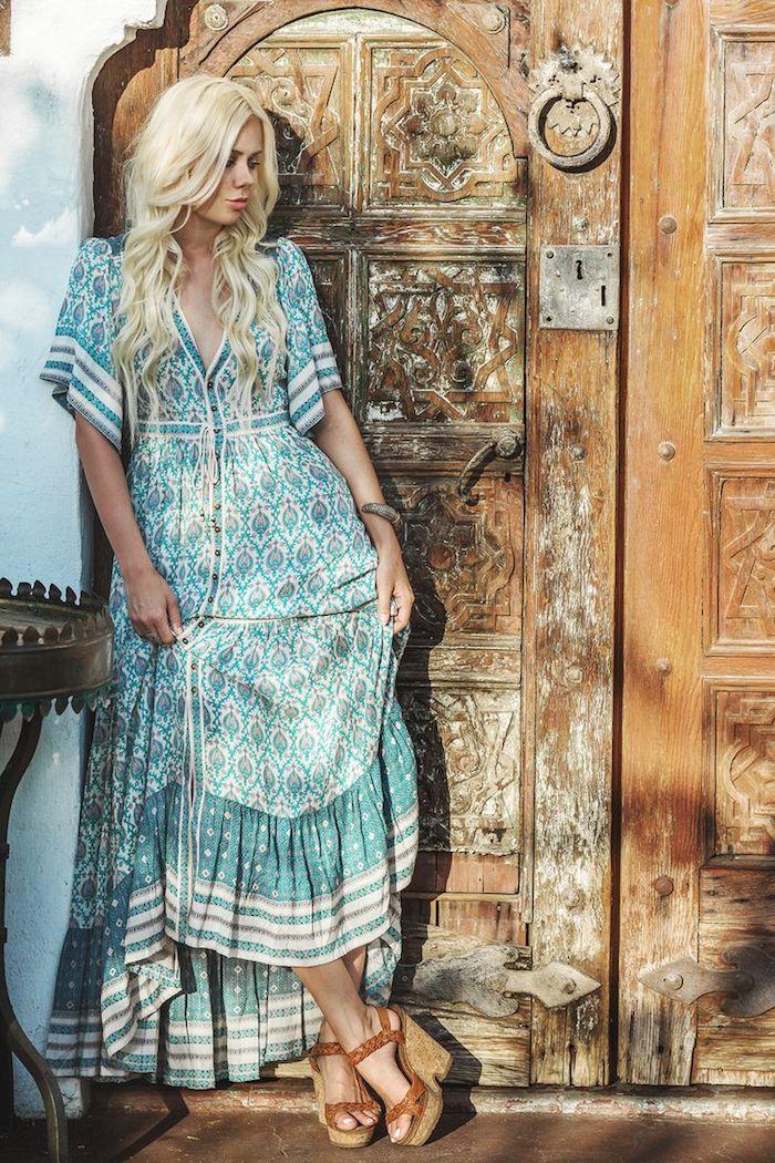 Inspiration photo robe bohème chic longue, sandales a plateforme, tenue boheme chic fluide robe vie coloré