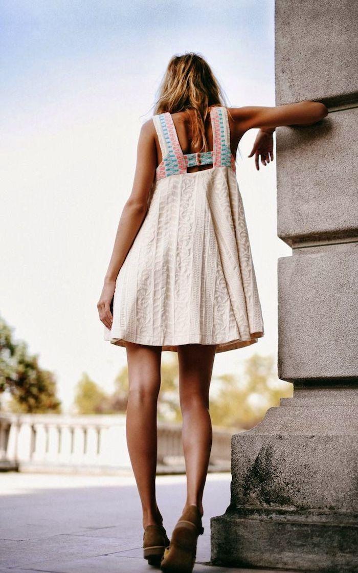 Comment porter robe bohème chic dentelle, tenue boheme chic style coachella robe blanche courte droite, chaussures plates