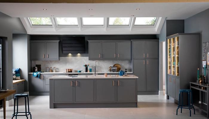 cuisine gris foncé au plafond blanc avec armoires gris foncé et plan de travail blanc, meubles cuisine gris avec poignées rose gold