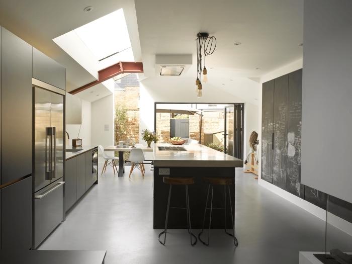 comment aménager une cuisine sous pente, déco de cuisine moderne aux murs blancs avec pan de mur ardoise