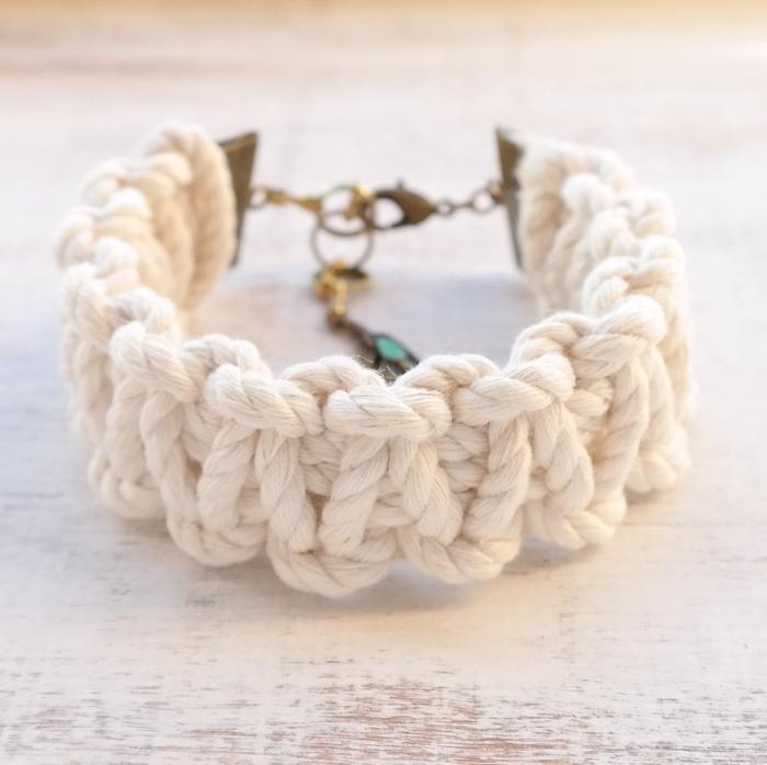 quel fil pour un bracelet tressé, modèle de bijou diy en cordon blanc, accessoire mode à faire soi-même, noeuds macramé