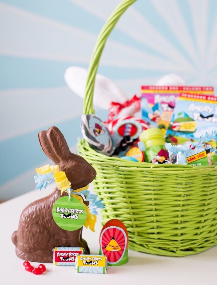comment personnaliser un panier tressé avec peinture aérosol, idée cadeau enfant avec un panier friandises et jouets pâques
