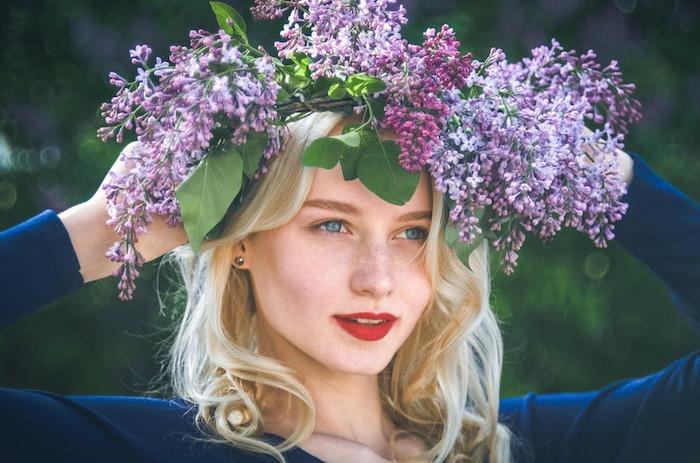 Femme blonde qui porte une couronne de fleurs de printemps, rouge à lèvre scarlet, paysage de printemps, portrait femme fond d'écran