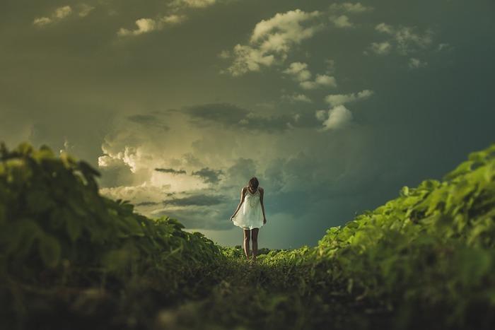 Robe blanche courte femme, paysage vert magique, paysage pour fond d'écran, ciel foncé avec nuages blanches