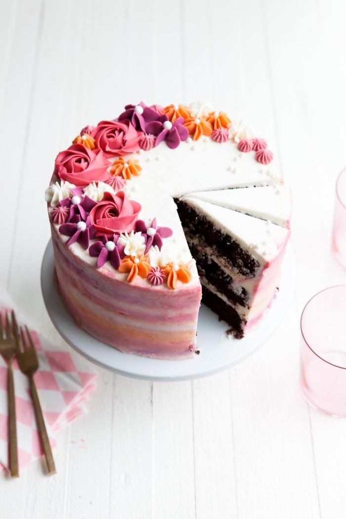 gateau anniversaire facile et original au glaçage coloré avec des fleurs en pâte d'amandes sur le dessus