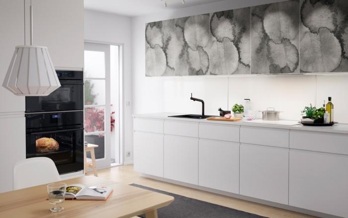 aménagement cuisine blanche avec robinet noir mate, déco de cuisine contemporaine au parquet bois et murs blancs