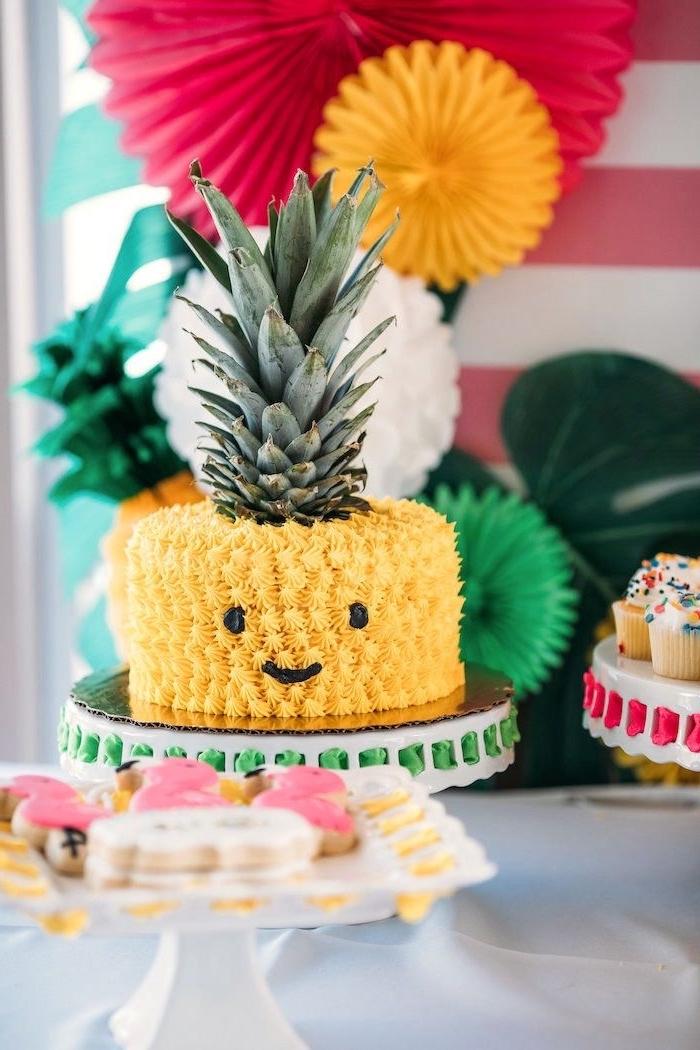 image gateau anniversaire ananas kawaill au glaçage décoratif jaune, idée de gâteau sur le thème tropical