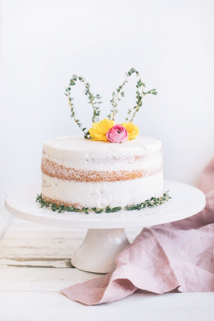 décoration de gâteau naturelle de style champêtre, naked cake sur le thème de pâques décoré d'un cake topper oreilles de lapin