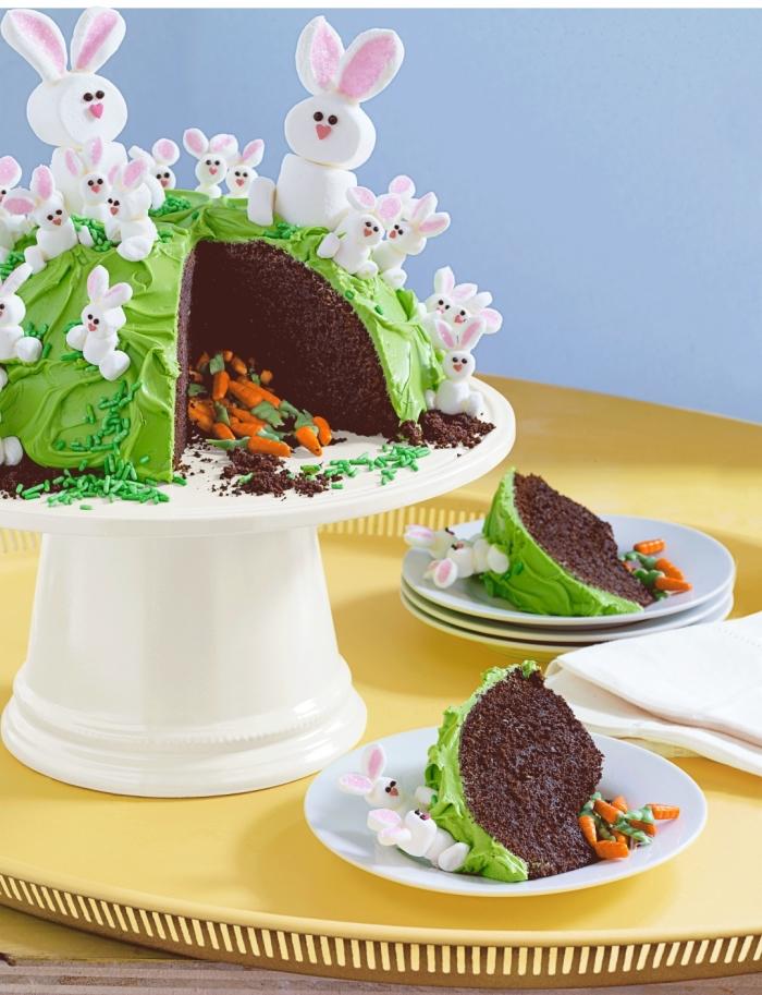 un gateau de paques facile et rapide à faire soi-même, génoise au chocolat recouvert de glaçage façon herbe décoré de petits lapins à la guimauve