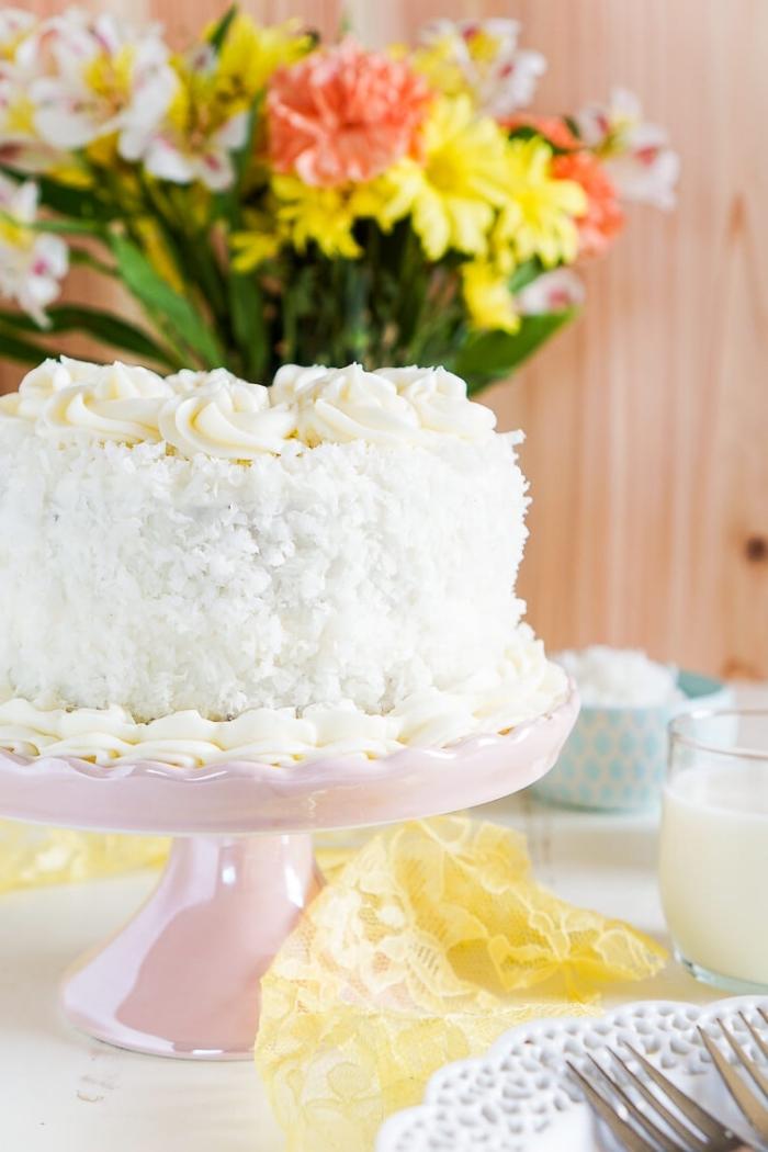 quel dessert servir pour un menu de paques facile qui épatera les convives, un gâteau à la noix de coco classique
