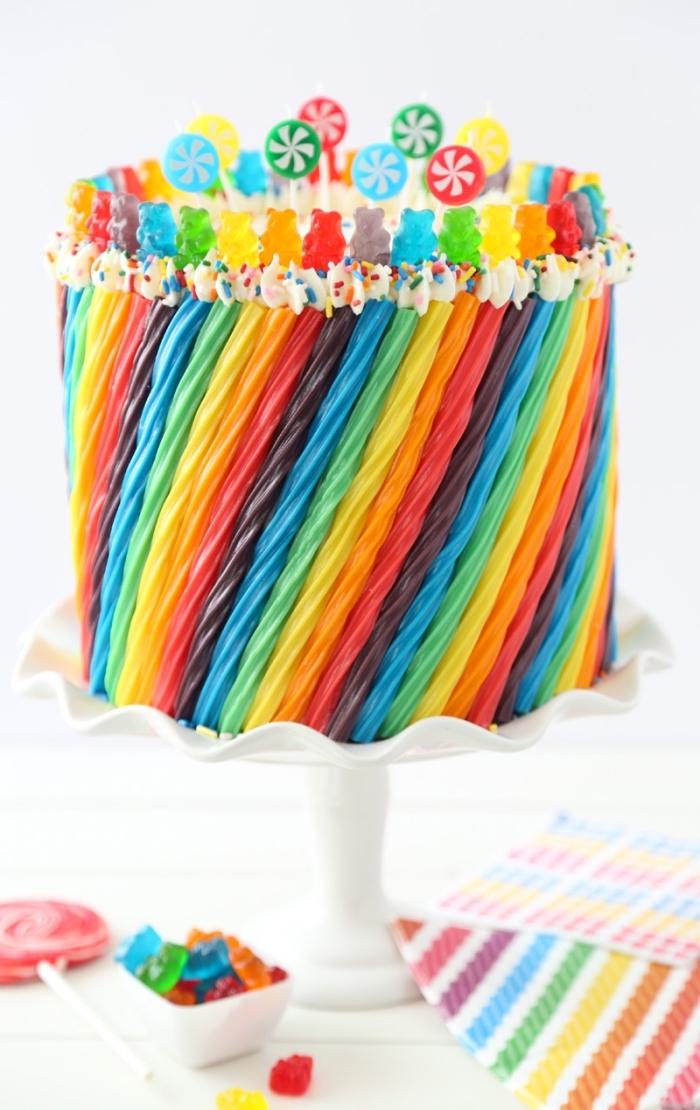 idée de gateau anniversaire enfant aux couleurs de l'arc-en-ciel décoré de nounous et de bonbons en cordelettes