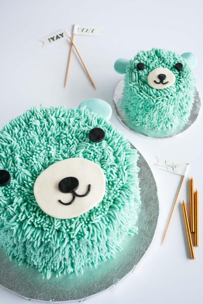 gateau anniversaire enfant petit ourson au glaçage décoratif vert orné de petits modelages en pâte à sucre