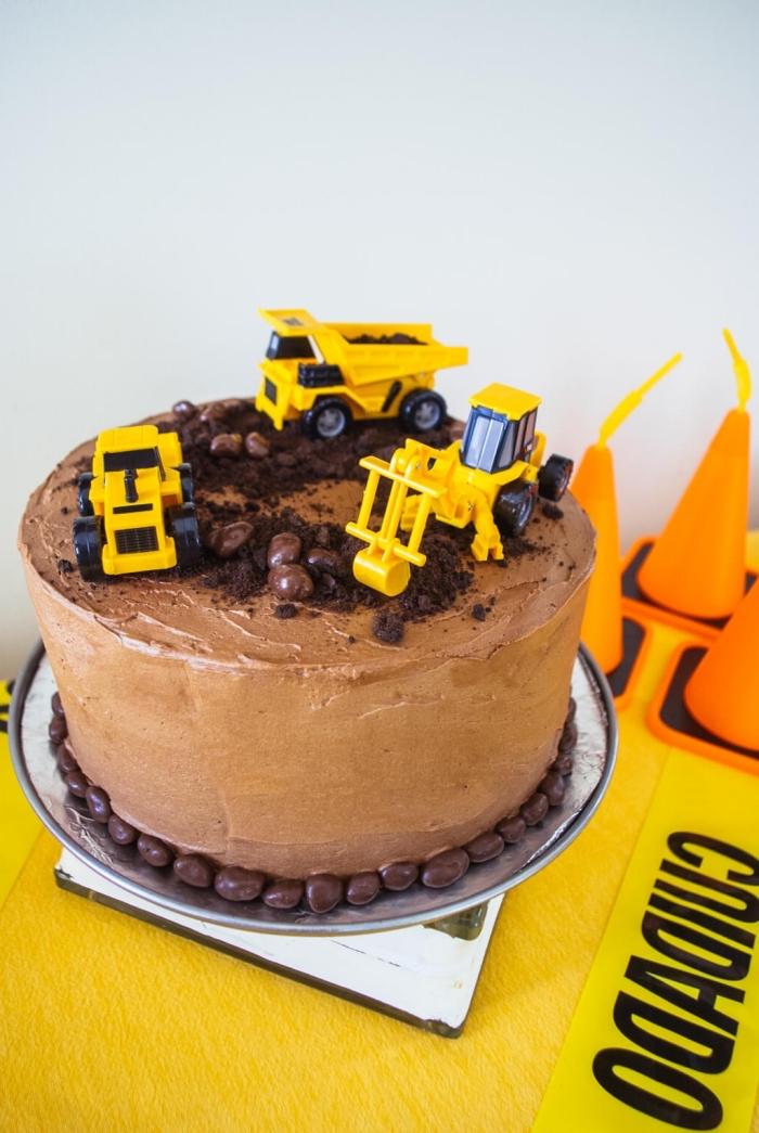 idée de gateau anniversaire garçon facile à réaliser soi-même, gâteau au chocolat chantier de construction