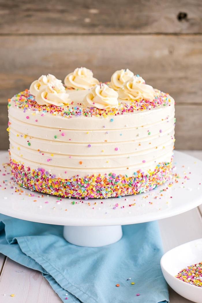 gâteau d'anniversaire au glaçage crème beurre décoré de confettis en sucres et de roses en glaçage, idée de gateau anniversaire simple et beau
