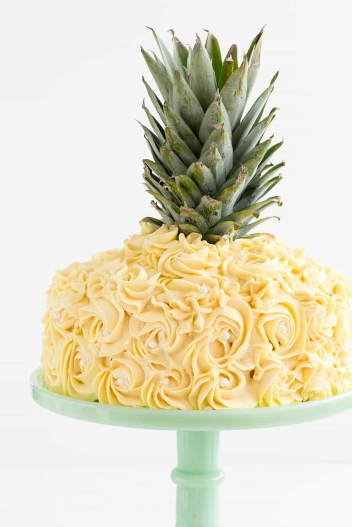 gateau d'anniversaire facile et original en forme d'ananas au glaçage jaune décoratif parsemé de quelques perles en sucre