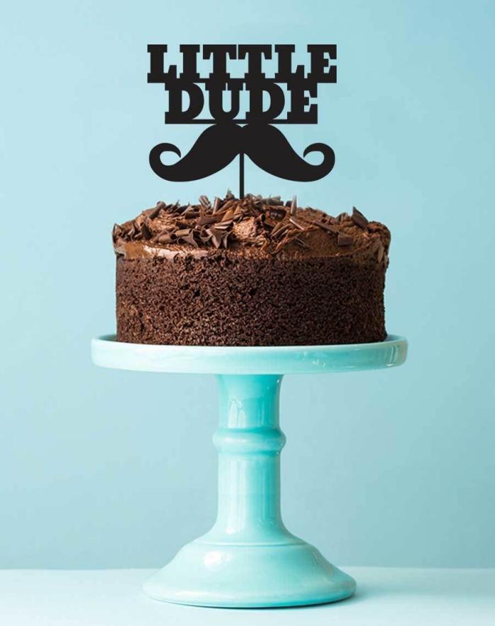 un cake topper personnalisé moustache noir avec message qui orne un simple gâteau au chocolat, decoration gateau chocolat non comestible
