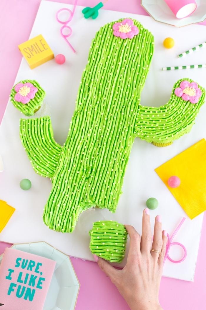 gâteau d'anniversaire en forme de cactus réalisé à partir de cupcakes au glaçage vert décoratif, image gateau anniversaire sur le thème cactus