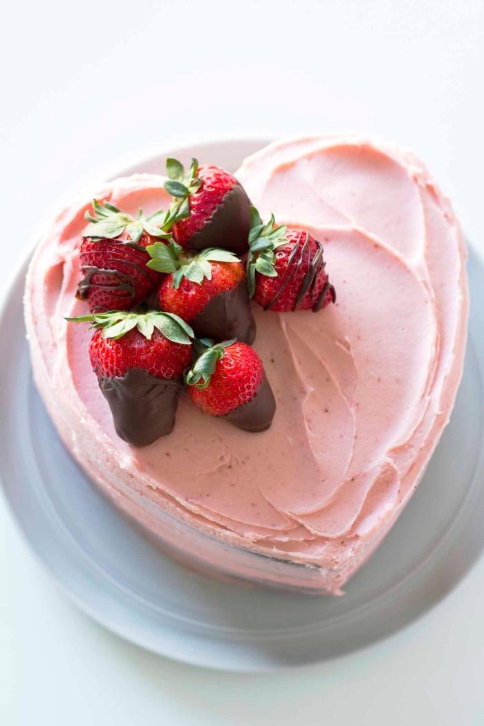 décoration de gateau d'anniversaire facile en forme de coeur avec des fraises enrobées de chocolat